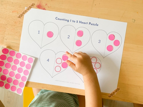 Using dot stickers to learn to count from 1 to 5